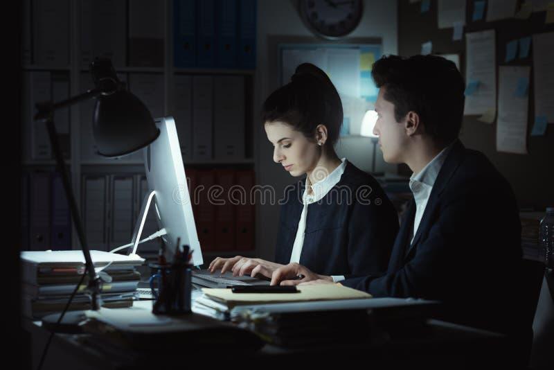 Directeuren die in het bureau werken royalty-vrije stock afbeelding