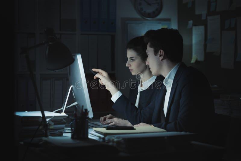 Directeuren die in het bureau werken stock afbeelding