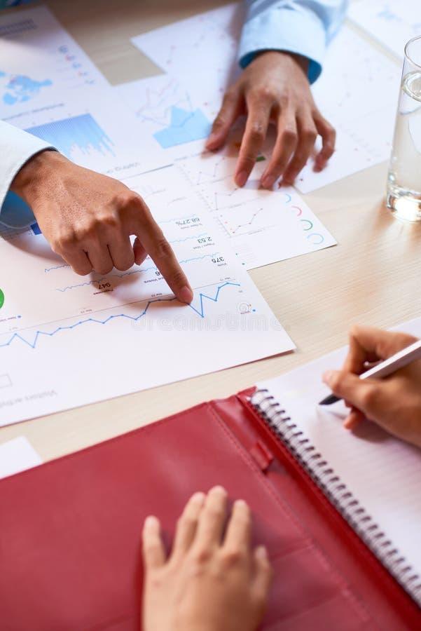 Directeuren die verkooprapport analyseren stock foto