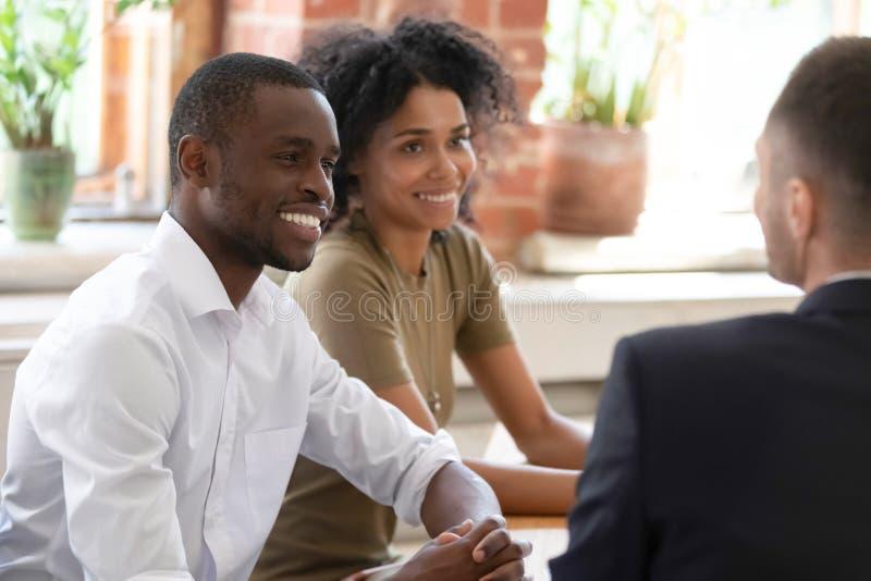 Directeurs de sourire d'heure d'Africain écoutant le demandeur à l'entrevue d'emploi photo stock