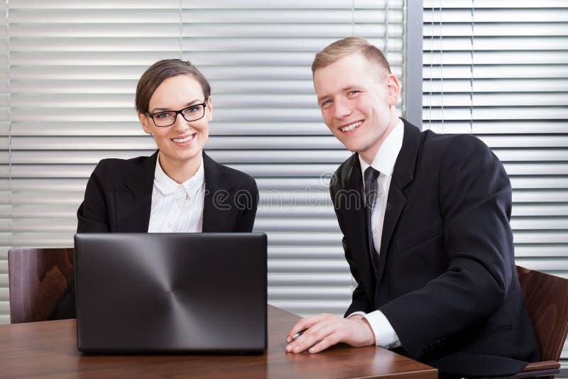 Directeurs heureux au bureau photographie stock