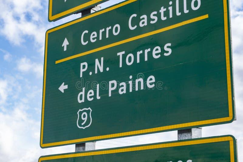 Direction d'apparence de panneau routier au parc national de Torres del Paine images stock