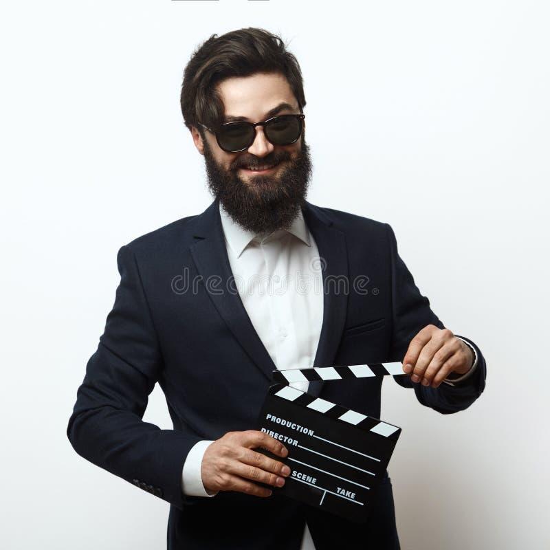 Director de película joven que sostiene un clapperboard fotos de archivo
