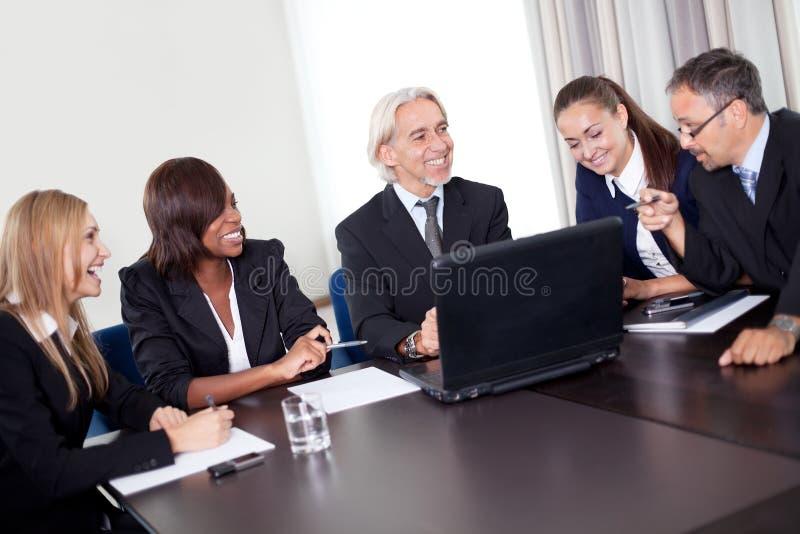 Director empresarial maduro feliz con sus personas foto de archivo libre de regalías