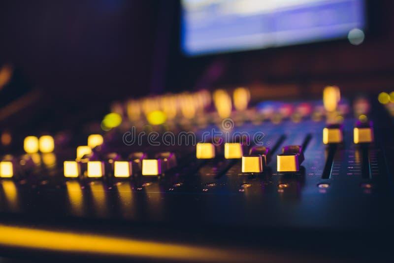 Director sano remoto del mezclador de sonidos DJ consuela Productor de la música Equalizador audio acompañamiento de los sonidos imagen de archivo