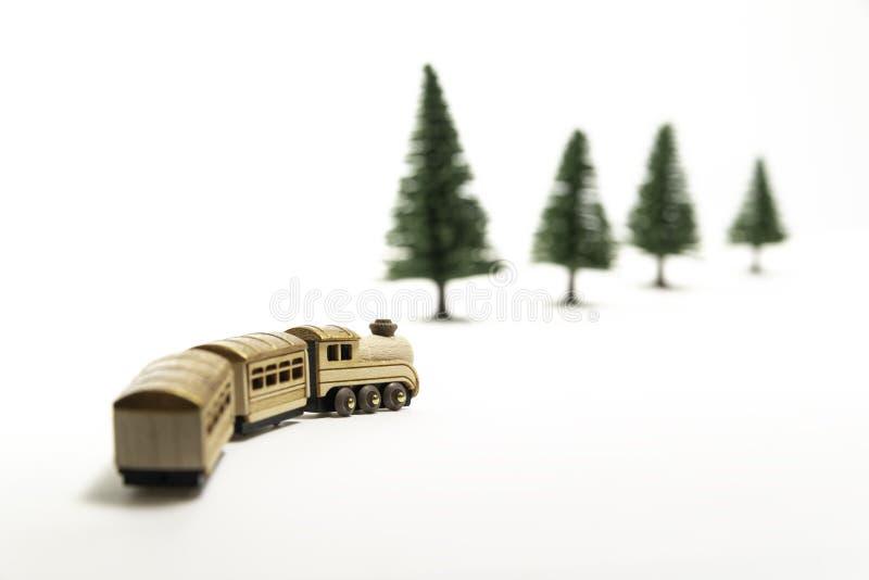 Direito de madeira dourado da volta do trem do brinquedo isolado do pinheiro branco do fundo e do borrão imagens de stock royalty free