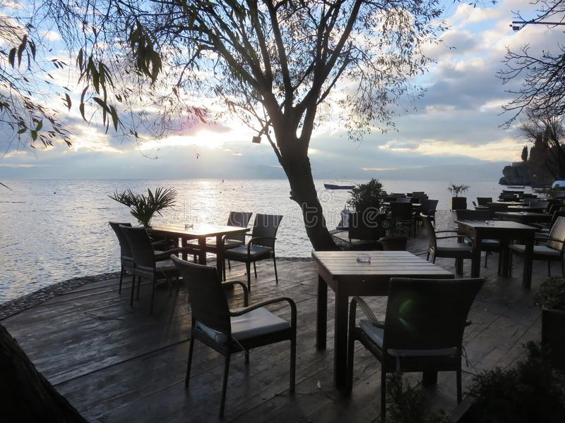 Direito do terraço ao lado do lago Ohrid fotos de stock