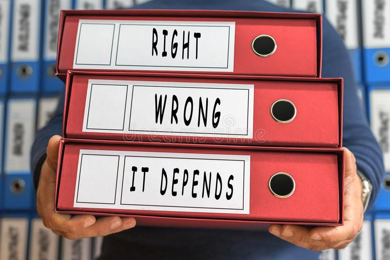 Direito, errado, depende, palavras do conceito Conceito do dobrador Bi do anel imagem de stock