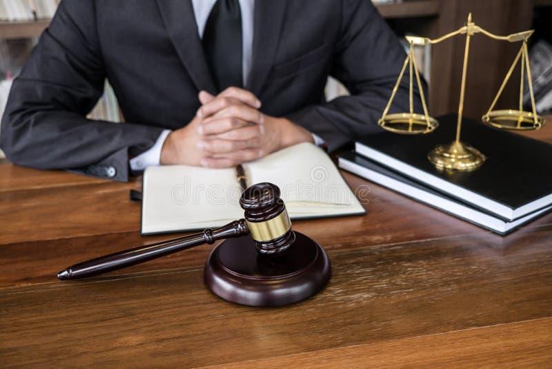 Direito jurídico, aconselhamento e justiça, juiz Gavel com juristas, conselheiros ou advogados que trabalhem em documentos em imagem de stock royalty free