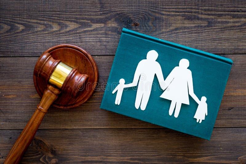 Direitos familiares, conceito direito da família Conceito da custódia infantil Família com entalhe das crianças perto do martelo  imagem de stock royalty free