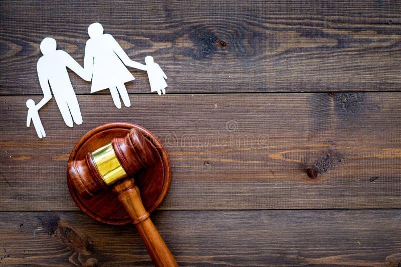 Direitos familiares, conceito direito da família Conceito da custódia infantil Família com entalhe das crianças perto do martelo  imagens de stock royalty free