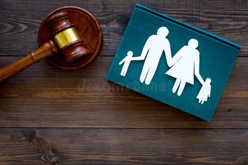 Direitos familiares, conceito direito da família Conceito da custódia infantil Família com entalhe das crianças perto do martelo  fotografia de stock