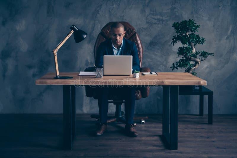 Direktör för företag för bästa chef för vit krage för omslag för trevlig flott attraktiv upptagen grabb som bärande utövande skap arkivbild