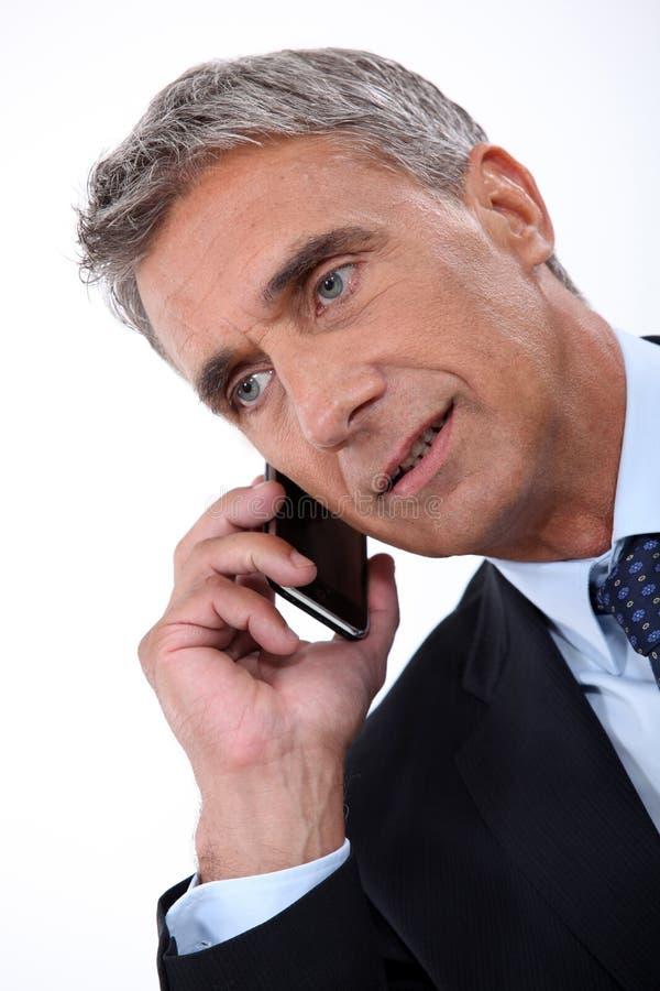 Direktör som talar på telefonen arkivfoton