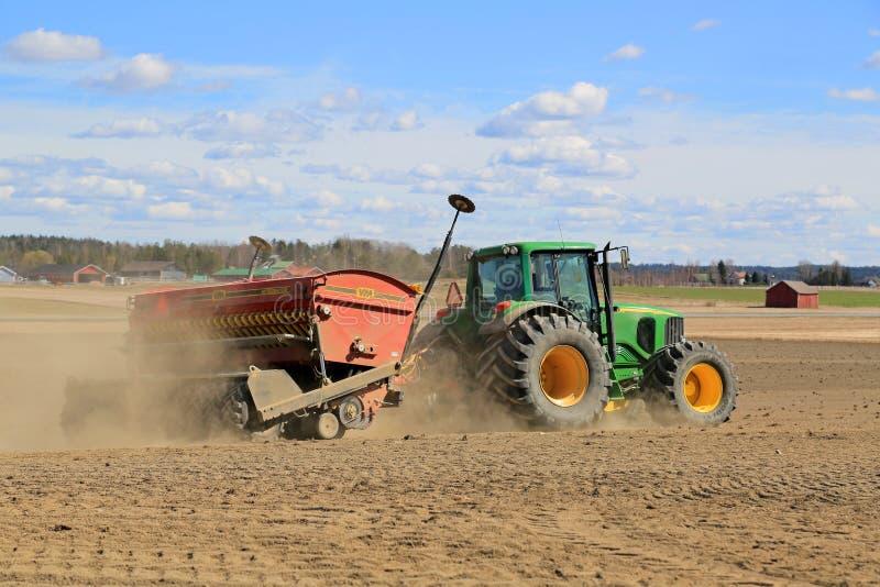Direkta Ohn Deere 6620 kärnar ur den jordbruks- traktoren och VM på drillborren royaltyfri bild