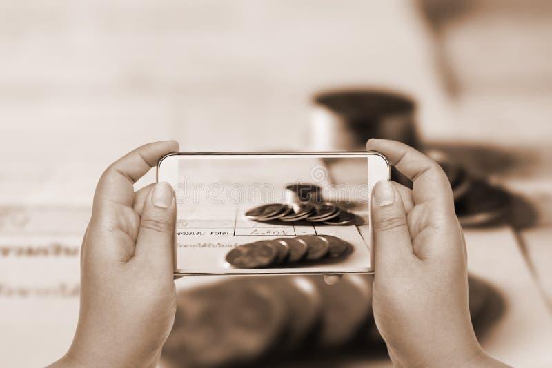 Direktanslutet och mobilt bankrörelse- och nätverkandefolkbegrepp royaltyfri fotografi