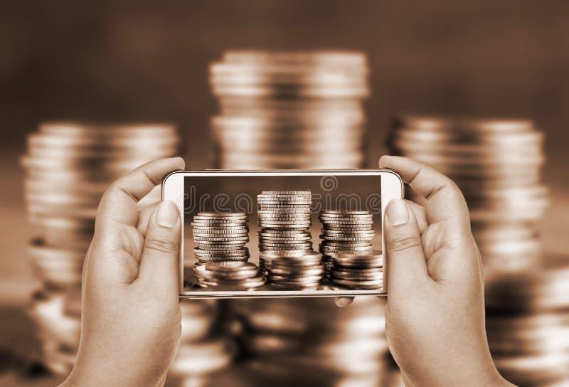 Direktanslutet och mobilt bankrörelse- och nätverkandefolkbegrepp fotografering för bildbyråer