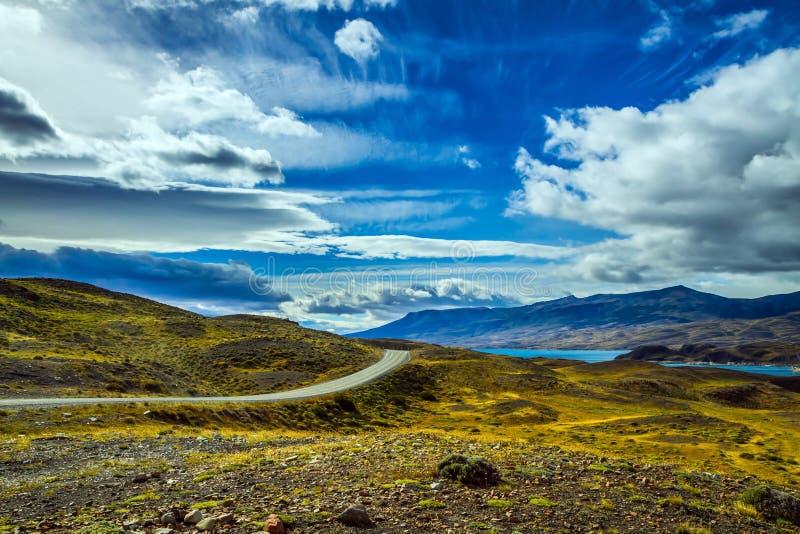 Direkte Straße im Park Torres del Paine stockfotos
