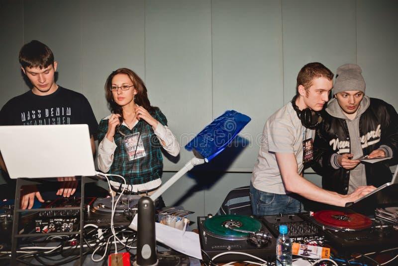 Direktor, DJ und Teilnehmer nähern sich Ausrüstung lizenzfreie stockfotografie