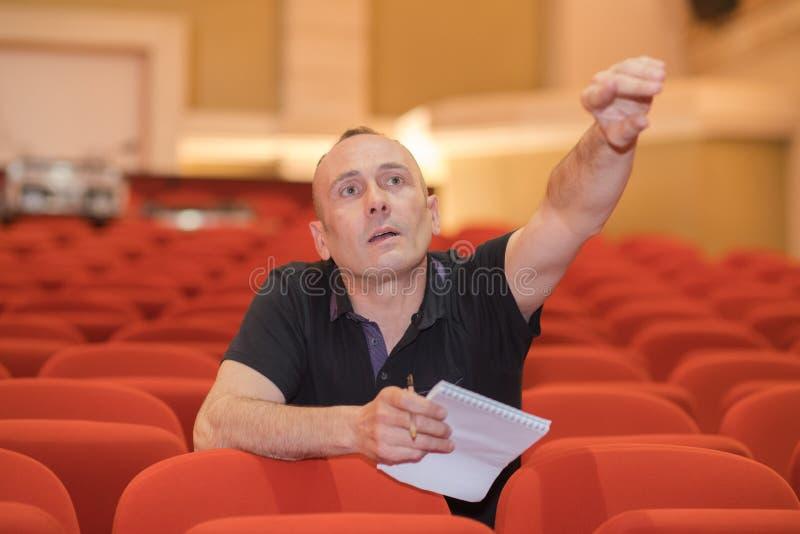 Direktor im Auditoriumskino stockbild