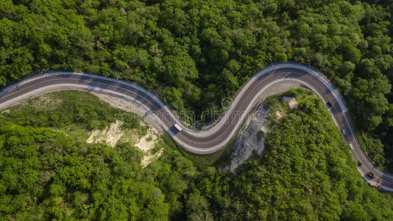 Diretamente acima da vista: da condu??o de carros na estrada da montanha do enrolamento do ziguezague foto de stock
