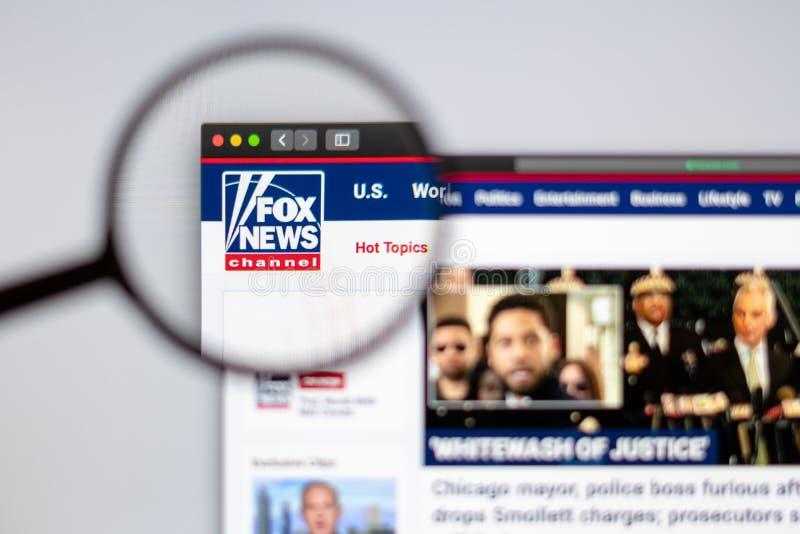 Direto visível do logotipo do canal de Fox News uma lupa fotografia de stock
