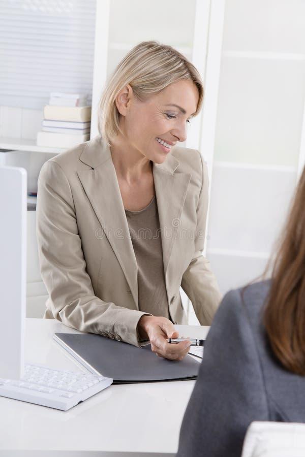 Diretor administrativo fêmea em uma entrevista de trabalho com uma jovem mulher imagens de stock royalty free