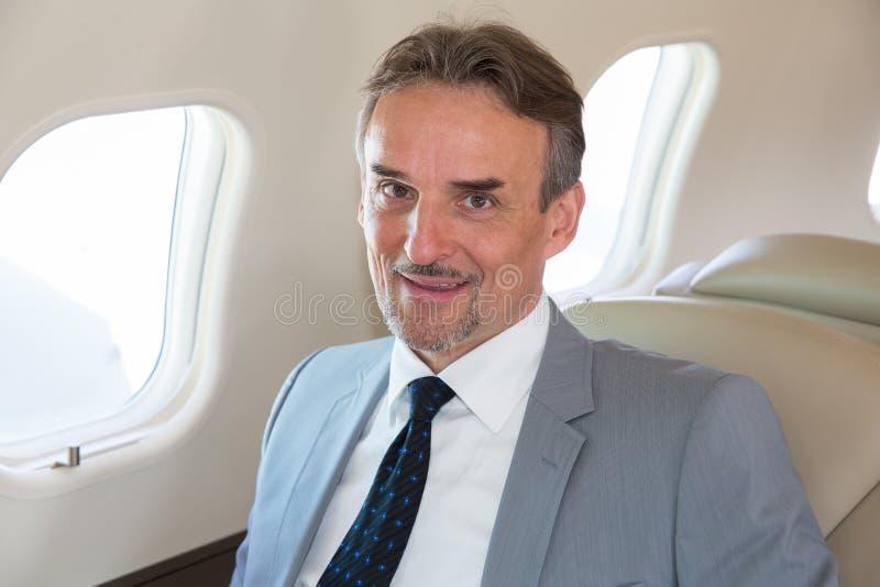 Diretor empresarial executivo em um retrato do avião fotos de stock