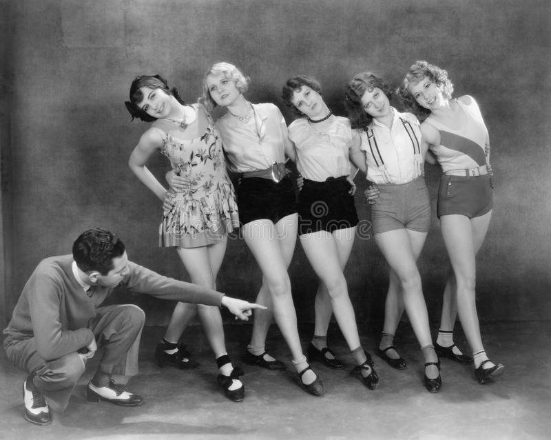 Diretor que trabalha com dançarinos fêmeas (todas as pessoas descritas não são umas vivas mais longo e nenhuma propriedade existe foto de stock royalty free