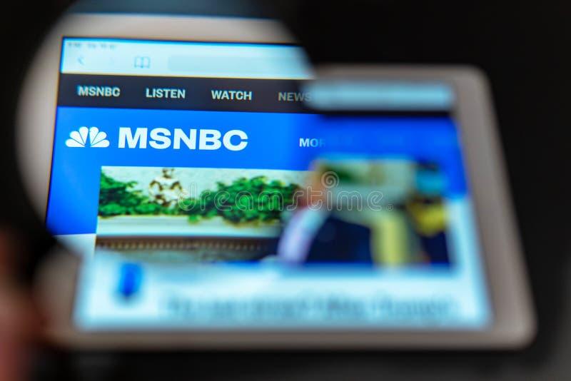 Diretto visibile di logo del canale di notizie di MSNBC una lente d'ingrandimento immagine stock