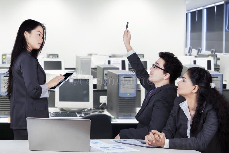Direttore aziendale nella sala riunioni con i partner fotografia stock libera da diritti
