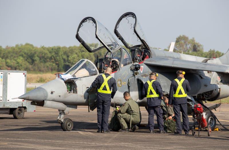 Direttore degli aerei ed i piloti Alpha Jet Who stanno controllando la prontezza per volare immagine stock libera da diritti