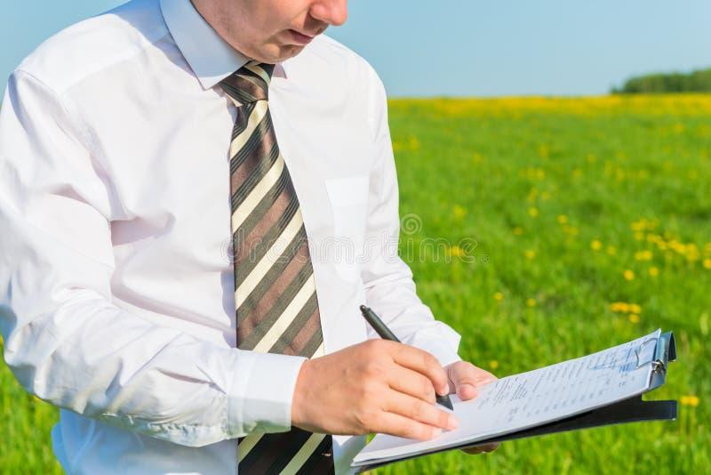 Direttore mette la sua firma sui documenti immagine stock libera da diritti