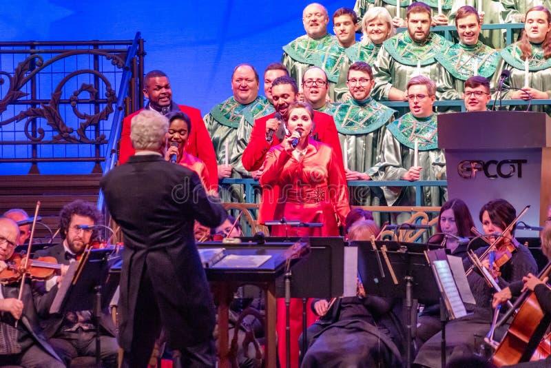 Direttore, orchestra e coro dei narratori di Candlelight all'Epcot 1 immagine stock libera da diritti