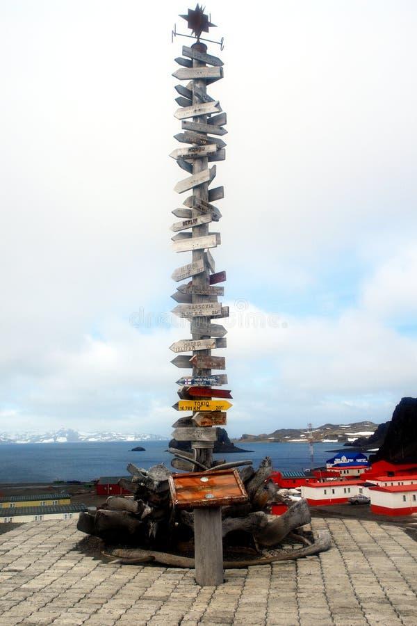 Direzionale firmi dentro l'Antartide immagine stock