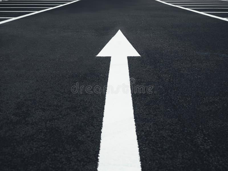 Direzione del segno della freccia sul fondo della via concettuale immagine stock libera da diritti