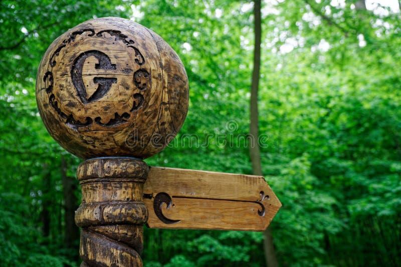 Direzione di legno decorativa del percorso o dell'itinerario, modo a felicit? fotografia stock libera da diritti