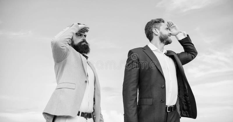Direzione di sviluppo di affari Fronti barbuti degli uomini d'affari stare indietro per appoggiare il fondo del cielo Responsabil fotografia stock libera da diritti