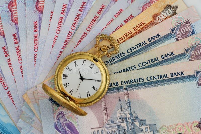 Dirhams des EAU avec la montre antique d'or photo libre de droits