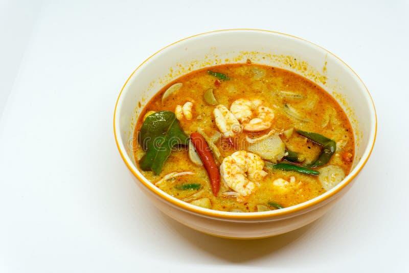 Diriga il gamberetto di fiume fatto minestra piccante in ciotola o in Tom Yum Kung Alimento piccante tailandese Con lo spazio del immagine stock libera da diritti