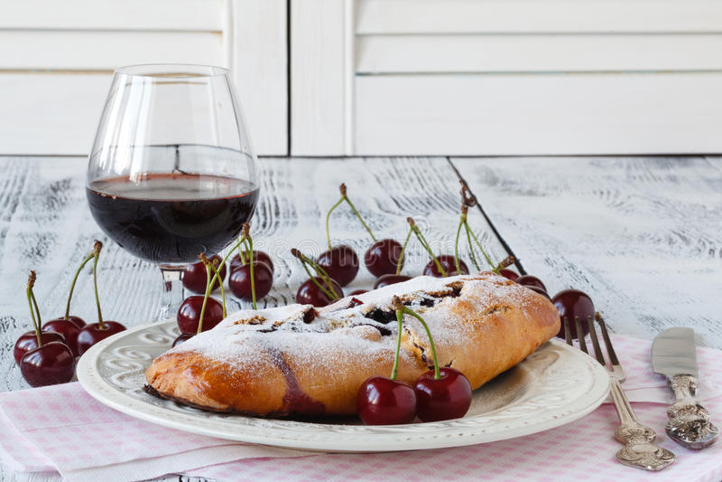 Diriga prodotto la ciliegia per agglutinare con vaniglia e lo zucchero a velo immagine stock