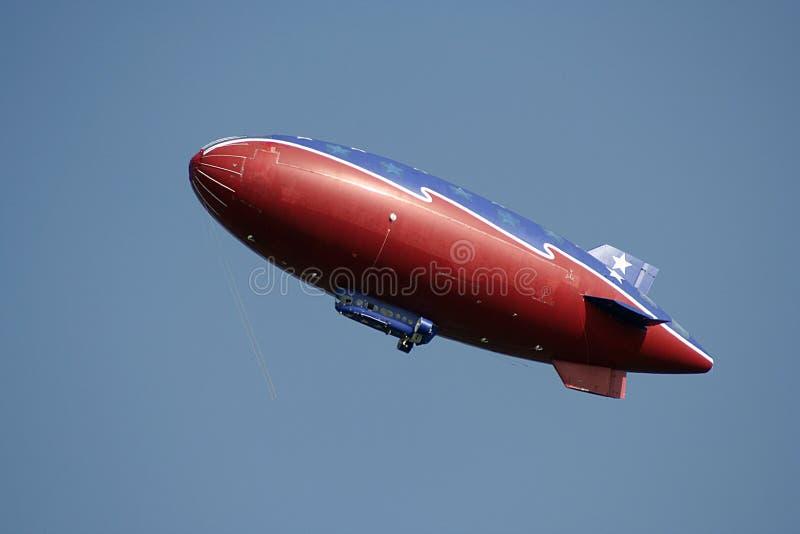 Dirigeable souple rouge en ciel bleu photographie stock libre de droits