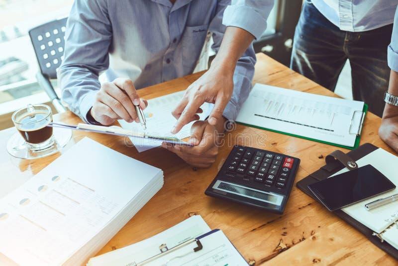 Dirigeant d'affaires de travail d'équipe travaillant dur investissant le repor financier image stock