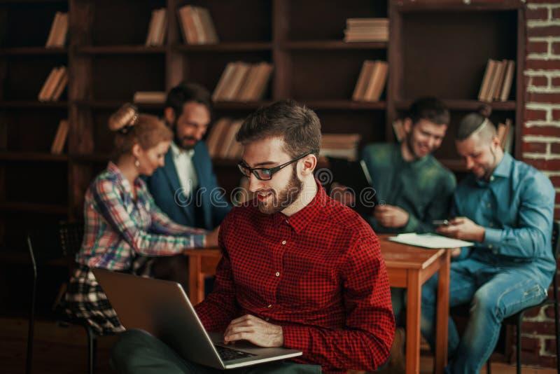 Dirigeant de la société avec l'ordinateur portable sur le fond des affaires image stock