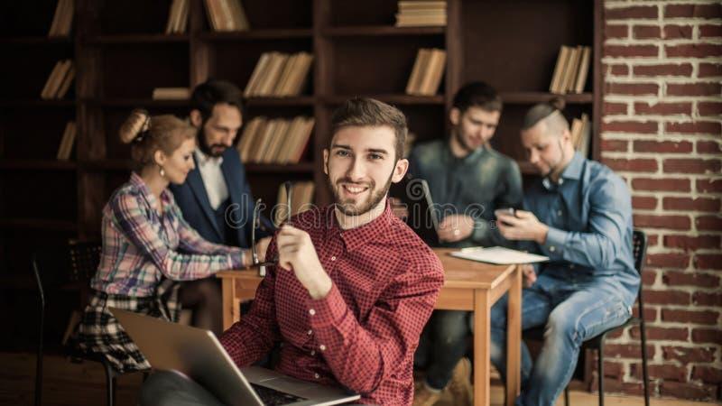 Dirigeant de la société avec l'ordinateur portable sur le fond des affaires image libre de droits
