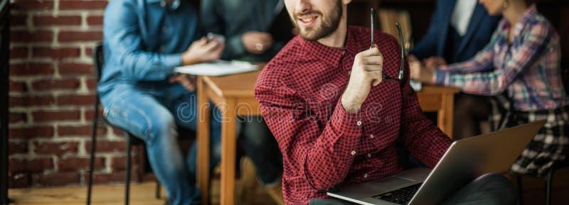 Dirigeant de la société avec l'ordinateur portable sur le fond des affaires images libres de droits