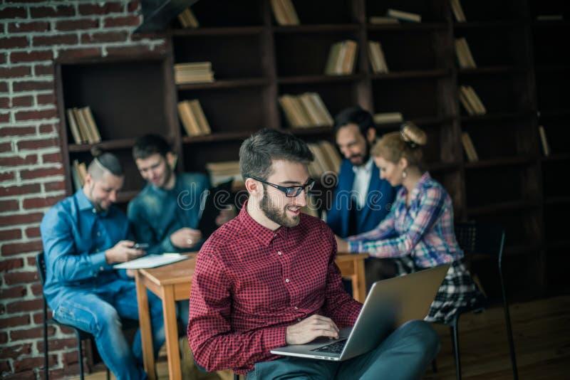 Dirigeant de la société avec l'ordinateur portable sur le fond des affaires images stock