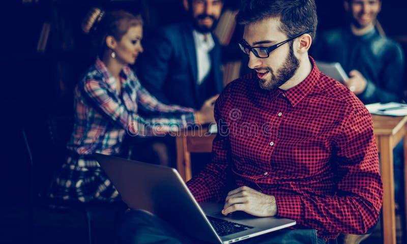 Dirigeant de la soci?t? avec l'ordinateur portable sur les affaires de fond image libre de droits