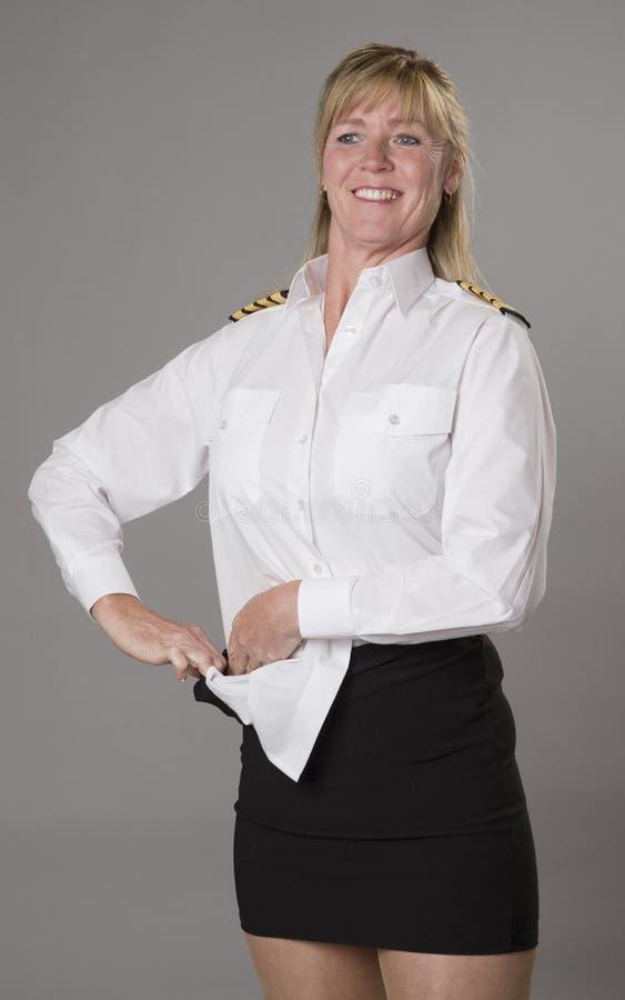 Dirigeant féminin de ligne aérienne obtenant habillé photos libres de droits