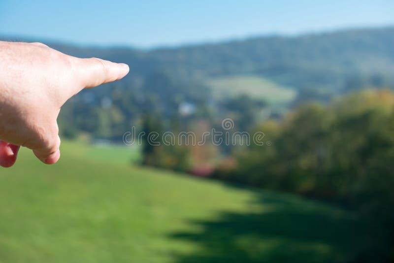 Dirigeant la main montrant la direction et donner l'orientation à un but photographie stock libre de droits